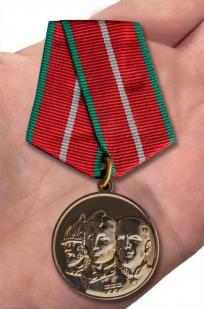 Медаль Во славу Отечества в футляре с удостоверением - вид на ладони