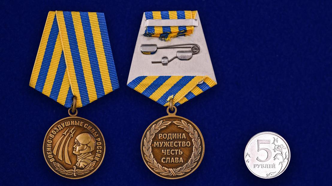 Медаль Военно-воздушные силы России в футляре из бархатистого флока - сравнительный вид