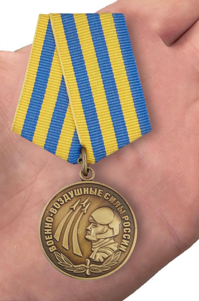 Медаль Военно-воздушные силы России в футляре из бархатистого флока - вид на ладони