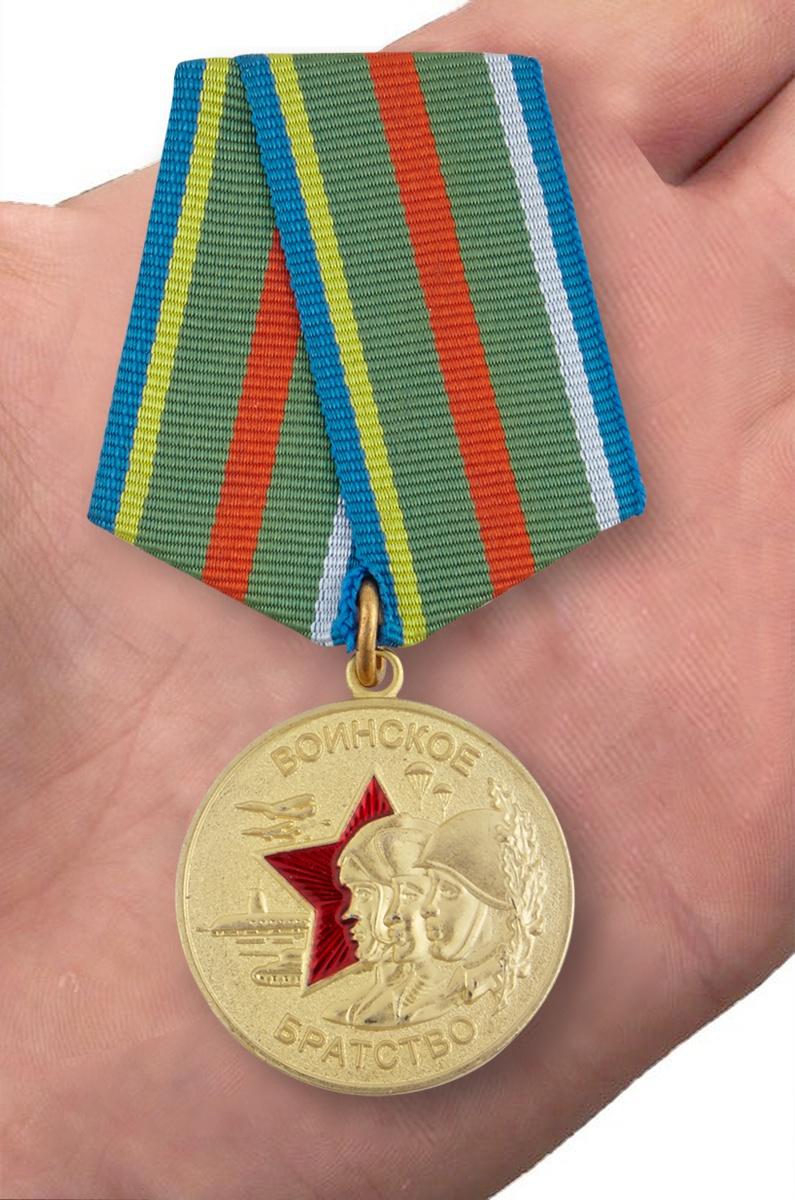 """Медаль """"Воинское братство"""" - вид на ладони"""