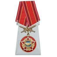 Медаль Воину-интернационалисту с мечами на подставке