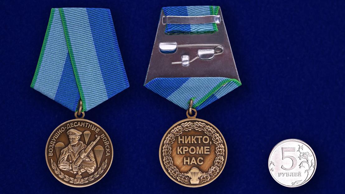 Медаль Воздушно-десантные войска на подставке - сравнительный вид