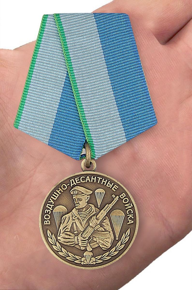Медаль Воздушно-десантные войска на подставке - вид на ладони