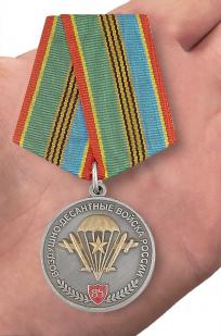 Медаль «Воздушно-десантные войска России»в футляре из флока с пластиковой крышкой - вид на ладони