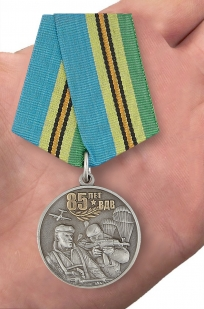Медаль Воздушно-десантных войск России в бархатистом футляре из флока - вид на ладони
