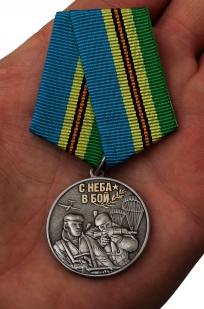 Медаль Воздушного десанта Никто, кроме нас на подставке - вид на ладони