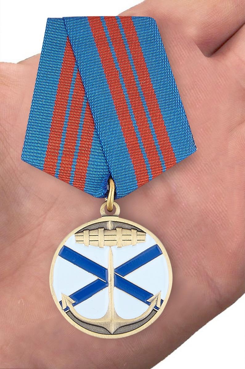 "Награда ВМФ России ""Андреевский флаг"" - вид на ладони"