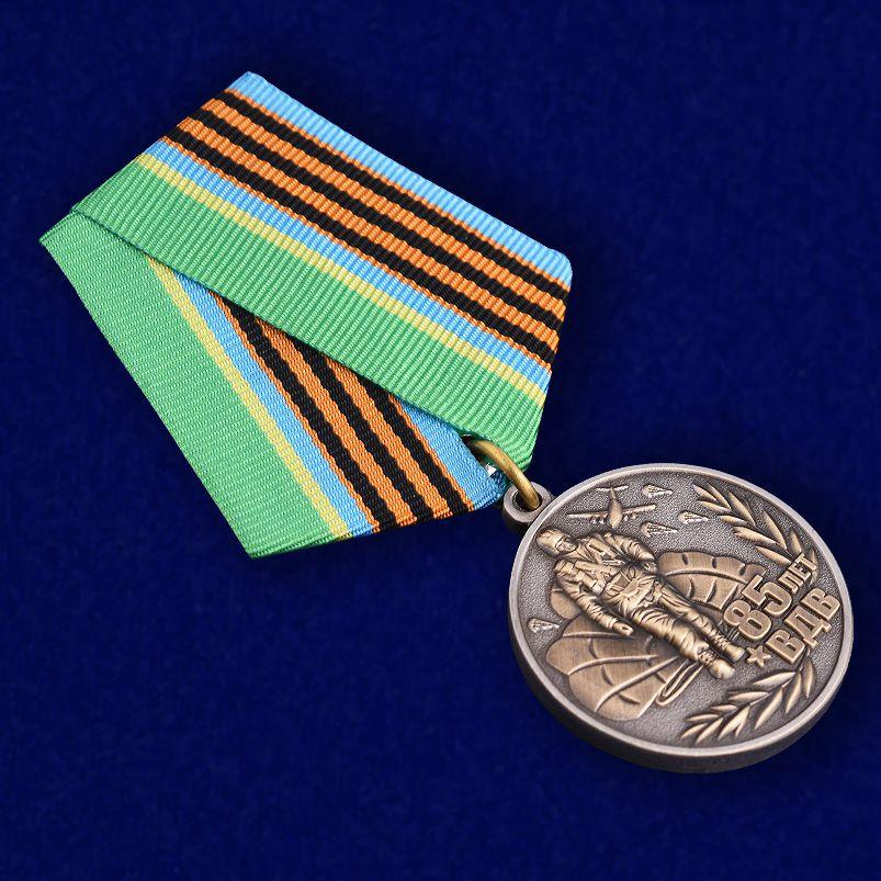 """Медаль юбилейная """"85 лет ВДВ"""" в наградном футляре с покрытием из флока - общий вид"""
