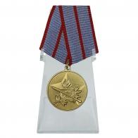 Медаль За активную военно-патриотическую работу на подставке
