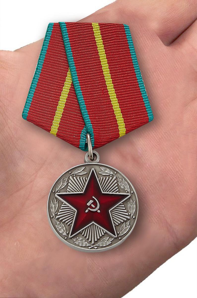 """Медаль """"За безупречную службу"""" МВД СССР 1 степень - вид на ладони"""