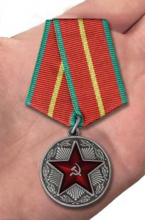 """Медаль """"За безупречную службу"""" ВВ МВД СССР 1 степень - вид на ладони"""