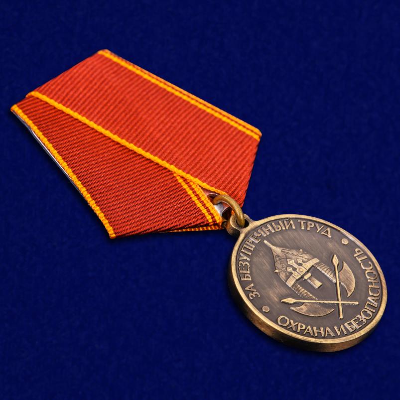 """Медаль """"За безупречный труд. Охрана и безопасность"""" в наградном футляре из бархатистого флока - общий вид"""