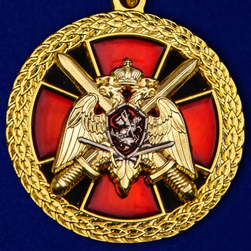 """Купить медаль """"За боевое отличие"""" Росгвардия в бордовом футляре с покрытием из бархатистого флока"""