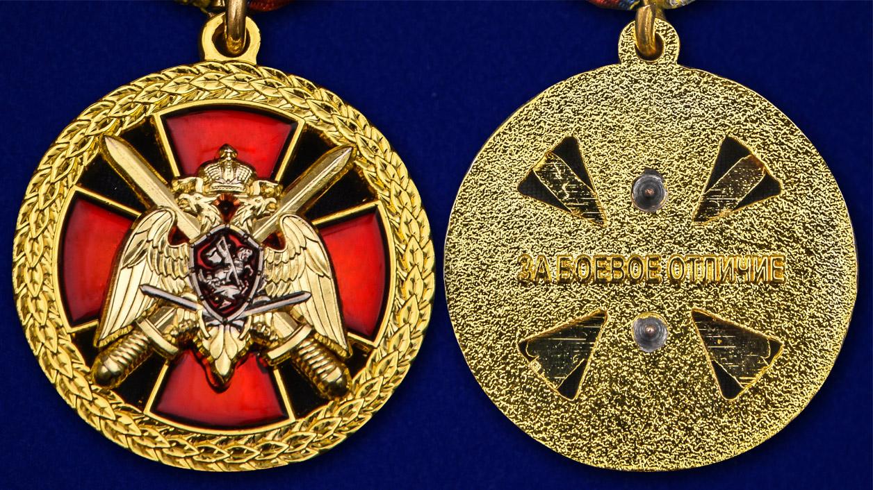 """Медаль """"За боевое отличие"""" Росгвардия в бордовом футляре с покрытием из бархатистого флока - аверс и реверс"""