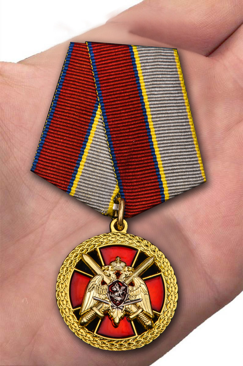 """Медаль """"За боевое отличие"""" Росгвардия в бордовом футляре с покрытием из бархатистого флока - вид на ладони"""