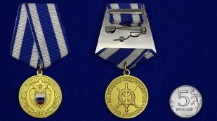 Медаль За боевое содружество ФСО РФ на подставке - сравнительный вид