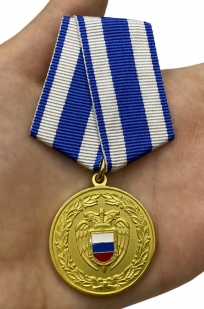 Медаль За боевое содружество ФСО РФ на подставке - вид на ладони
