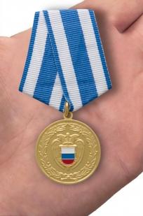 Медаль За боевое содружество ФСО России - вид на ладони