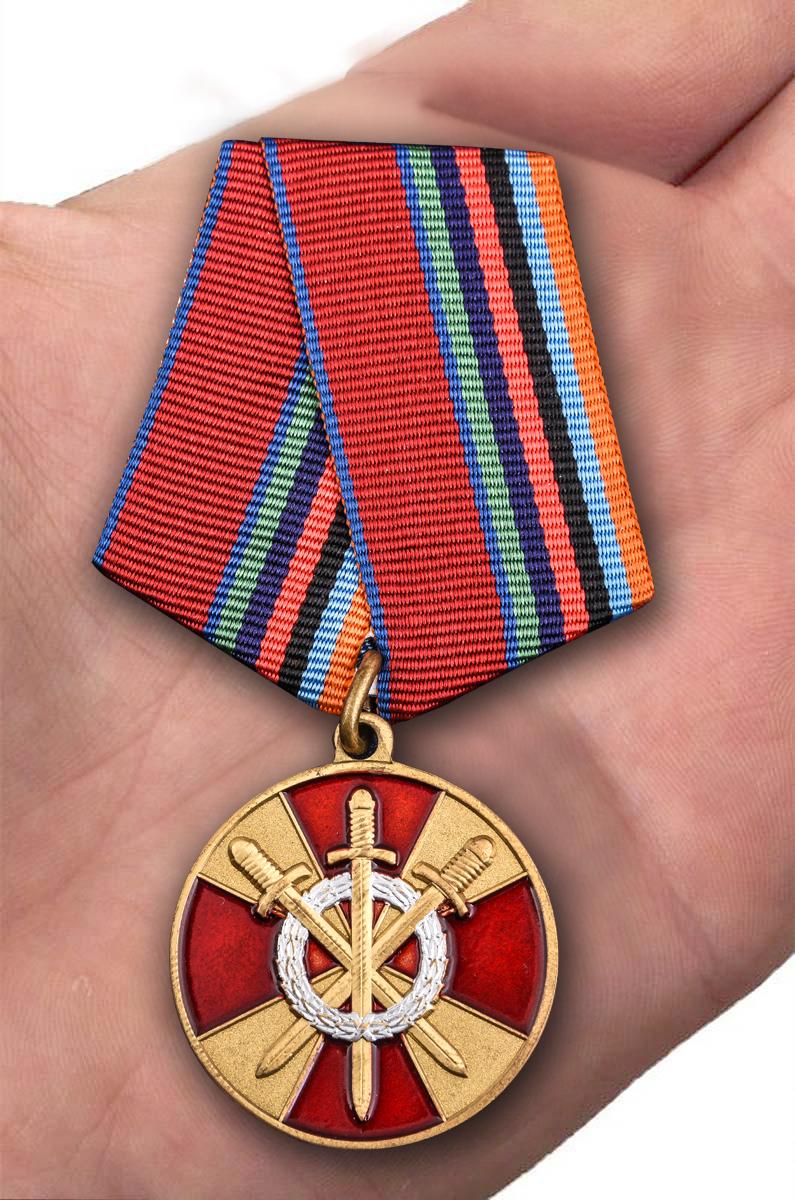 Медаль За боевое содружество Росгвардия - вид на ладони