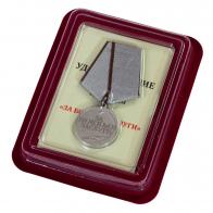 """Медаль """"За боевые заслуги"""" в бархатистом футляре из бордового флока"""