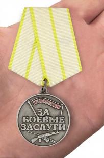 """Медаль """"За боевые заслуги Новороссии"""" - в футляре с удостоверением - вид на ладони"""