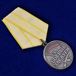 """Медаль """"За боевые заслуги Новороссии"""" - в футляре с удостоверением - общий вид"""