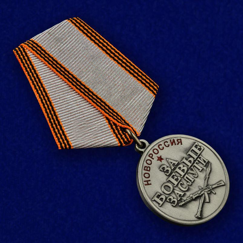 """Медаль """"За боевые заслуги Новороссии"""" в футляре из бордового флока - общий вид"""