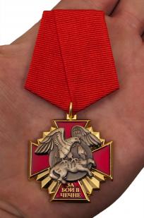 """Медаль за бои в Чечне"""" в наградном футляре с покрытием из бархатистого флока - вид на ладони"""
