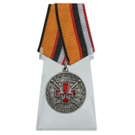 Медаль За борьбу с пандемией COVID-19 на подставке