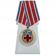 Медаль За борьбу с пандемией на подставке