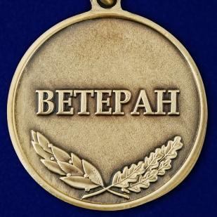 """Заказать медаль """"За Чеченскую кампанию"""" Ветеран в футляре из флока темно-бордового цвета"""