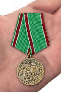 """Медаль """"За Чеченскую кампанию"""" Ветеран в футляре из флока темно-бордового цвета - вид на ладони"""
