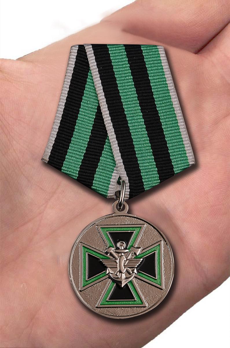 """Медаль """"За доблесть"""" ФСЖВ в бархатистом футляре из флока с прозрачной крышкой - вид на ладони"""