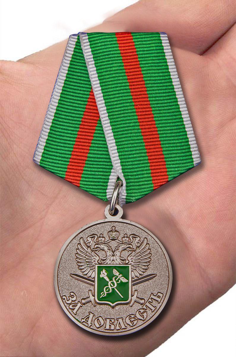 """Медаль """"За доблесть"""" ГТК ФТС России - вид на ладони"""
