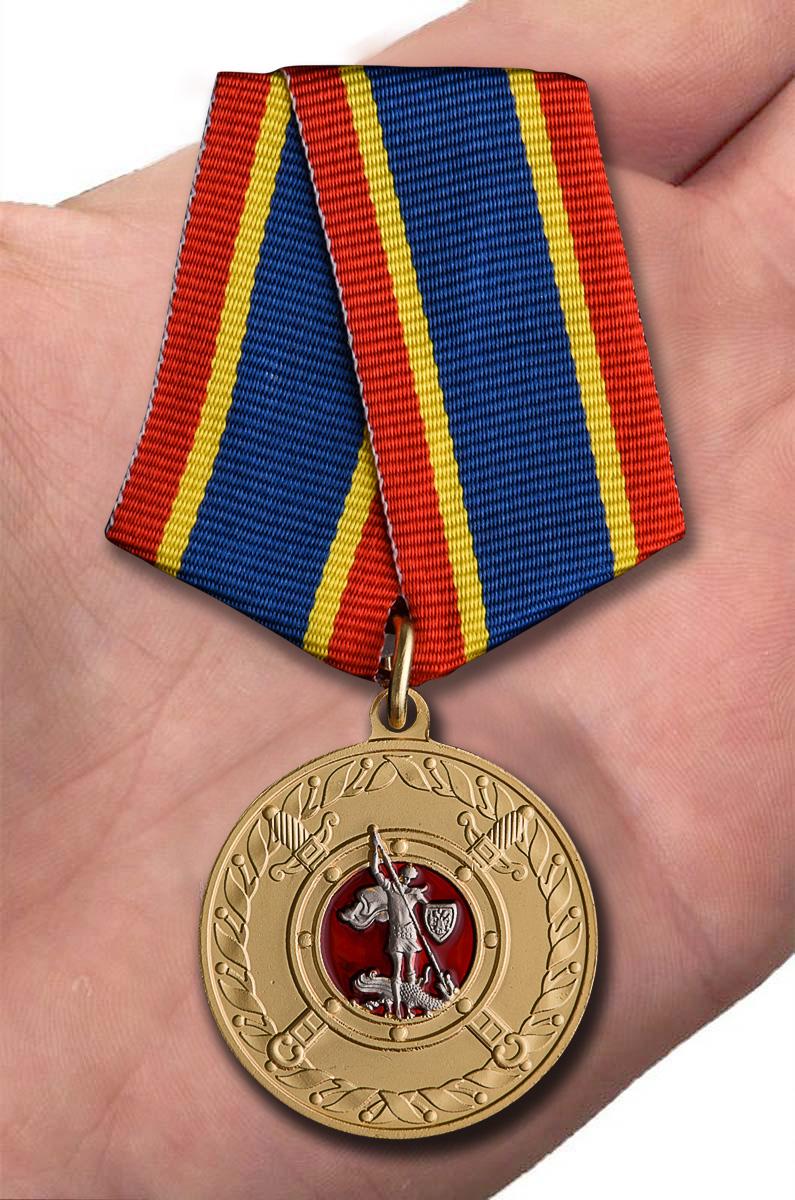 Медаль За добросовестную службу в полиции - вид на ладони