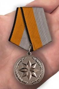 Медаль За достижения в области развития инновационных технологий - вид на ладони