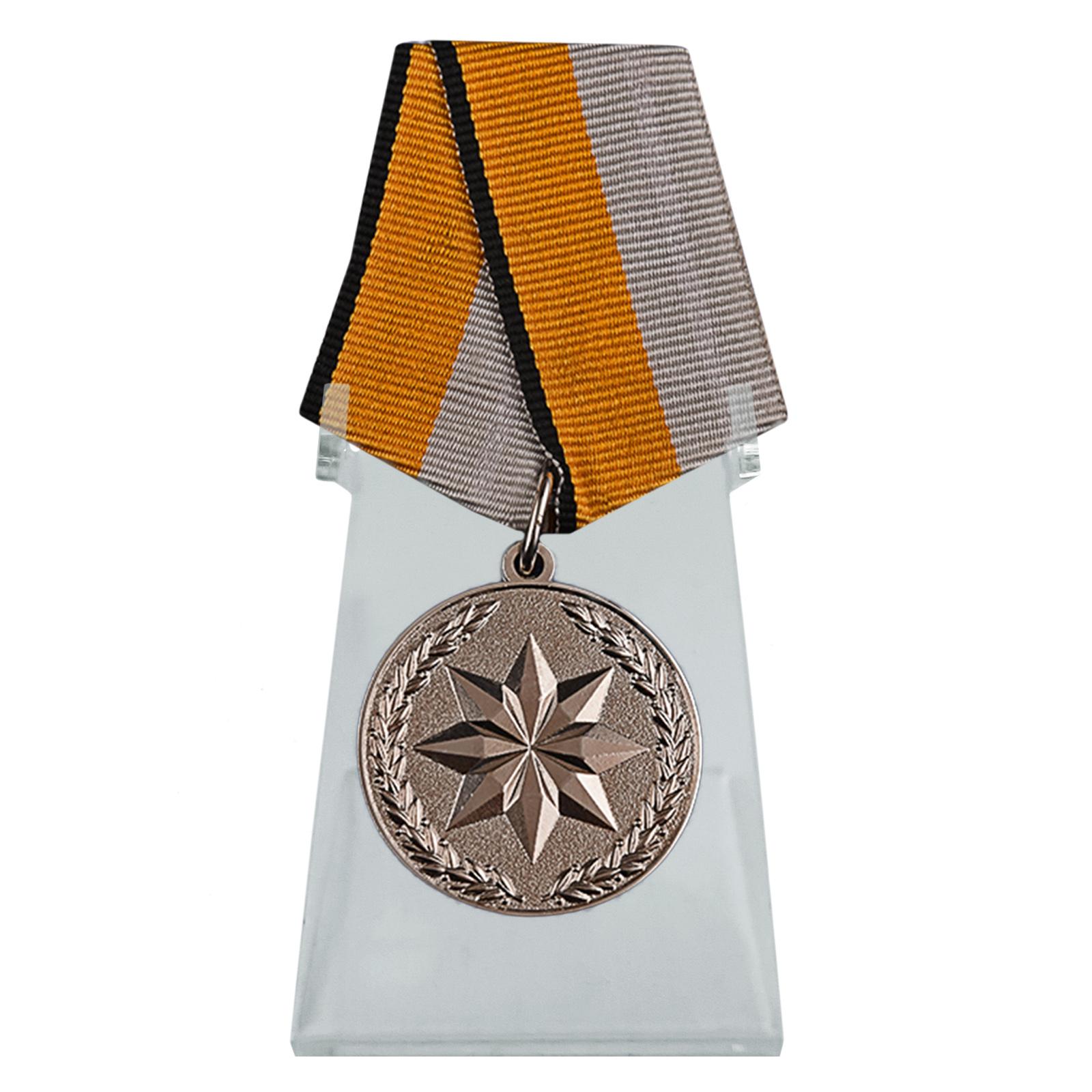 Медаль За достижения в области развития инновационных технологий на подставке