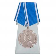 Медаль За государственную службу на подставке
