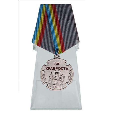 Медаль За храбрость на подставке