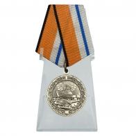 Медаль За морские заслуги в Арктике на подставке