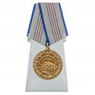 Медаль За оборону Кавказа на подставке