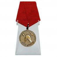 Медаль За образцовую службу на подставке
