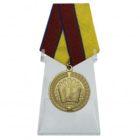 Медаль За особые достижения в учебе на подставке