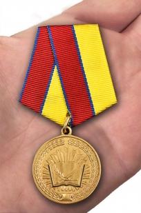 Медаль За особые достижения в учебе Росгвардия - вид на ладони