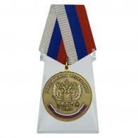 Медаль За особые успехи в учении на подставке