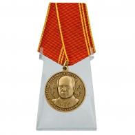 Медаль За особые заслуги на подставке