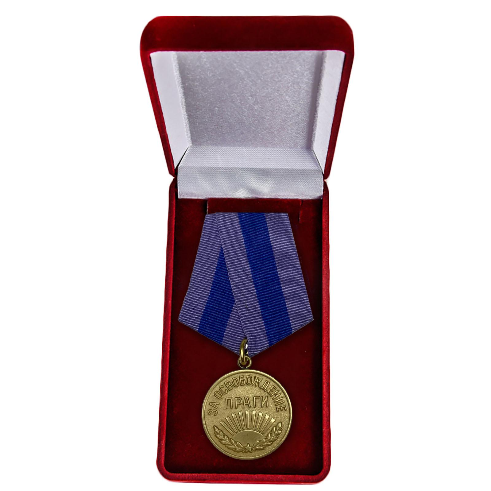 """Медаль """"За освобождение Праги"""" 1945 г. в футляре"""