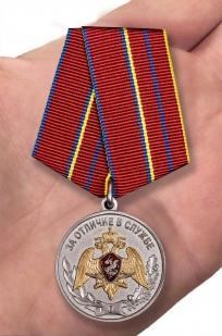 Медаль За отличие в службе 1 степени Росгвардия - вид на ладони
