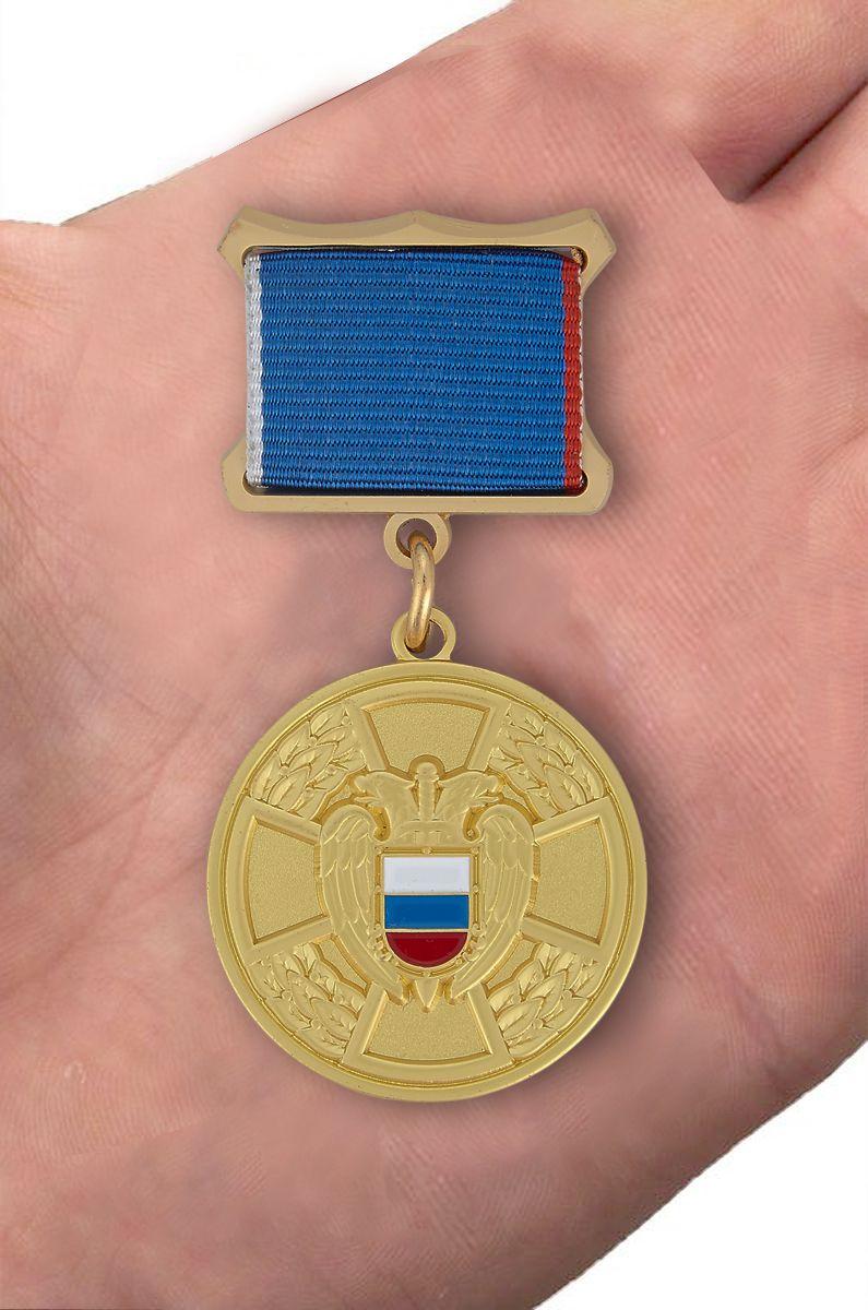 Медаль ФСО РФ За отличие в труде в бархатном футляре - Вид на ладони