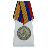 Медаль За отличие в учениях на подставке